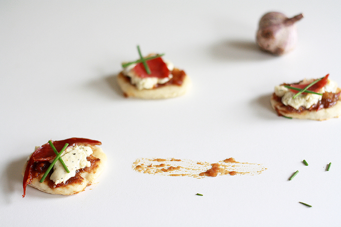 Mini pizzas with thyme and garlic cream cheese | heoyeahyum.com