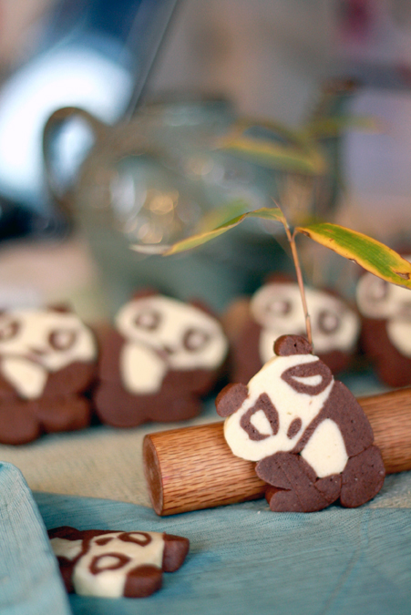 Chocolate and vanilla panda cookies, from heoyeahyum.com
